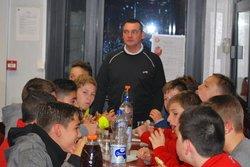 Serrés mais comptants de partager et de fêter l'anniversaire de leur entraîneur Arnaud. Petite réception bien sympathique !!! - Etoile Sportive Laventie