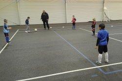 Les U7 à l'entraînement dans la salle de sports - Football Club Atur