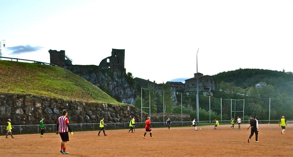 Le stade et le chateau de Rochetaillée